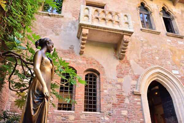 Juliet statue and balcony
