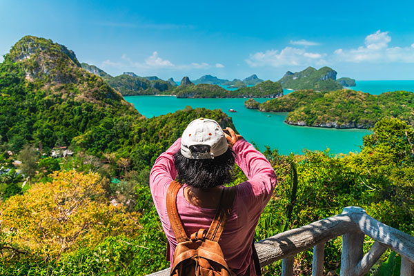 Tourist-Taking-Photo-Asia_SS-1372468583ymt-blog-how-to-pacture-travel-photos-in-tourist-areas-taking-picture-asia