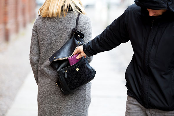 ymt-blog-how-to-avoid-pickpockets-in-europe-pickpocketing-woman