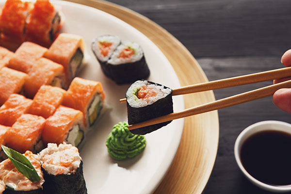 ymt-blog-japanese-culture-dos-and-donts-chopsticks-sushi