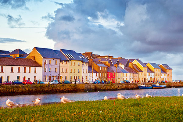 ymt-blog-ultimate-ireland-travel-guide-galway-ireland-colorful-houses
